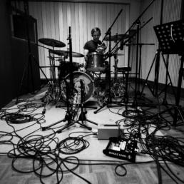 Die Band Passepartout nimmt ihr Album Kiosque auf. Zu sehen ist Julian Stier bei den Drum Aufnahmen.